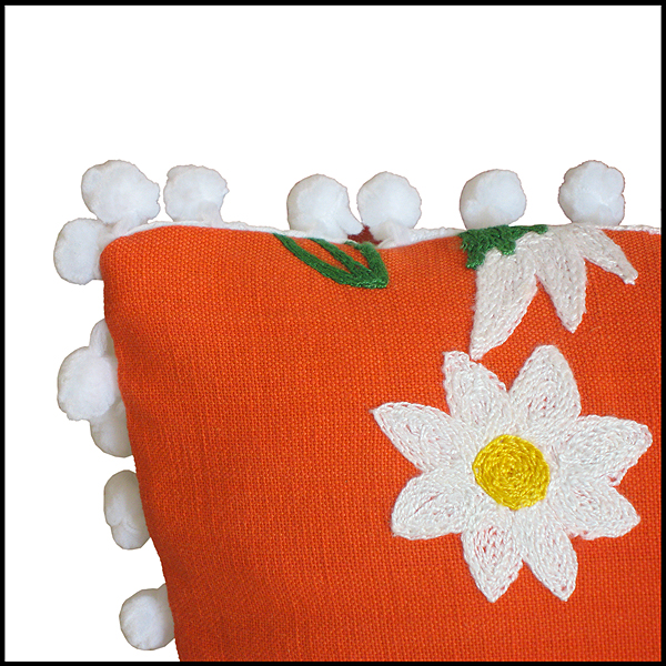 coussin orange fleurs brodées pompons